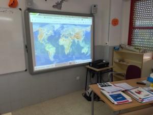 Uso de Pizarras Digitales en las aulas, con equipo de audio y conexión a INTERNET por cable.