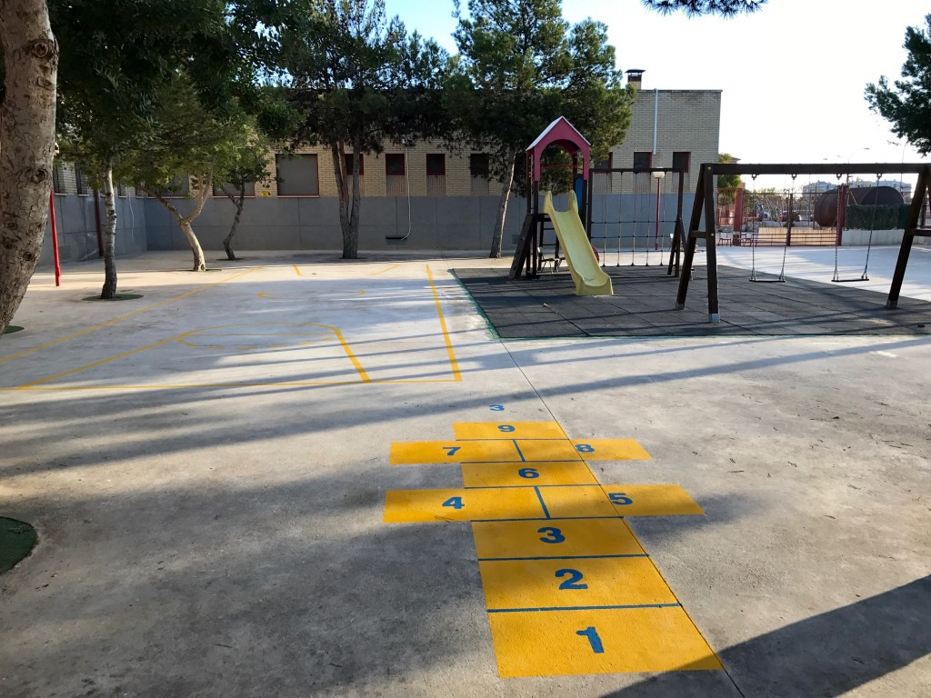 Vistas del Patio de Infantil con la zona de juegos en pavimento y el Parque.